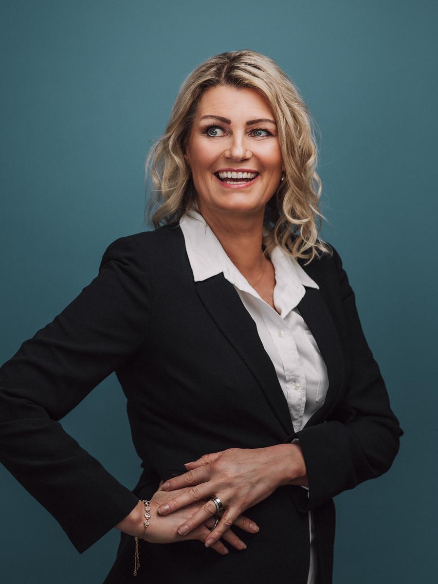 Porträtt av kvinna i fotostudio mot blå bakgrund fotograferad av Satu Knape Fotograf i Linköping