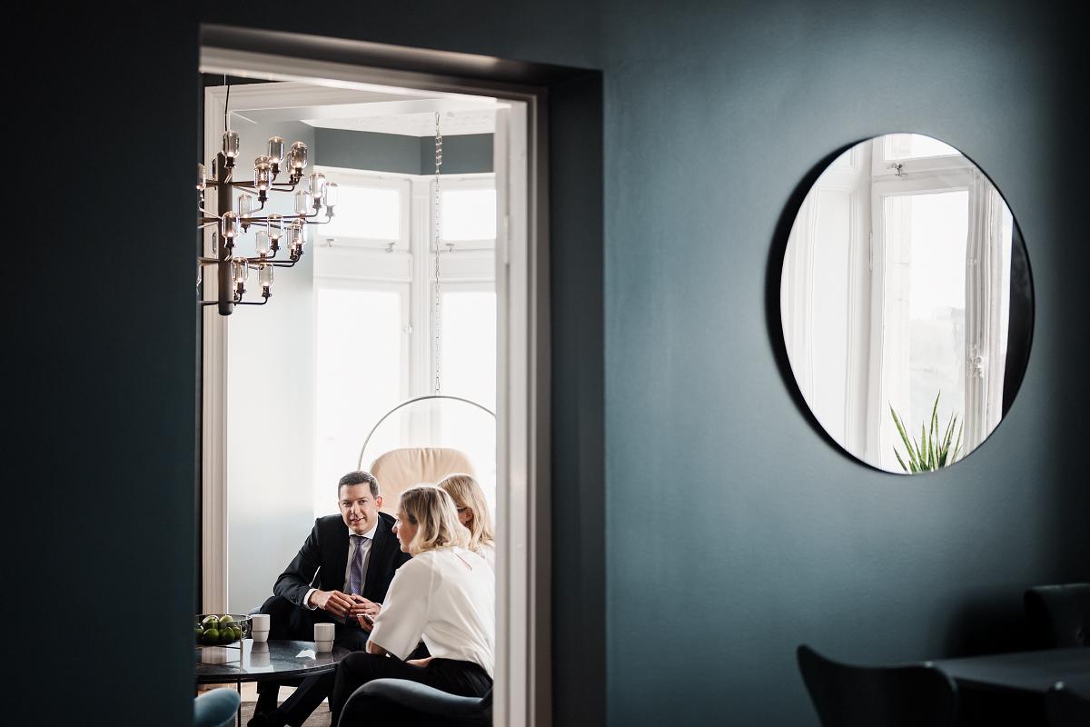fotografering med bästa gänget på advokatfirman Delphi i Linköping fotograferat av Satu Knape fotograf i Linköping