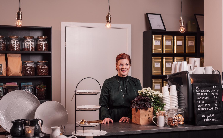 Maria på Liljeåkers te & kaffehandel i Linköping fotograferat av Satu Knape Fotograf i Linköping