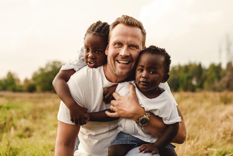 Familjefotografering med pappa och två barn utomhus i norrköping