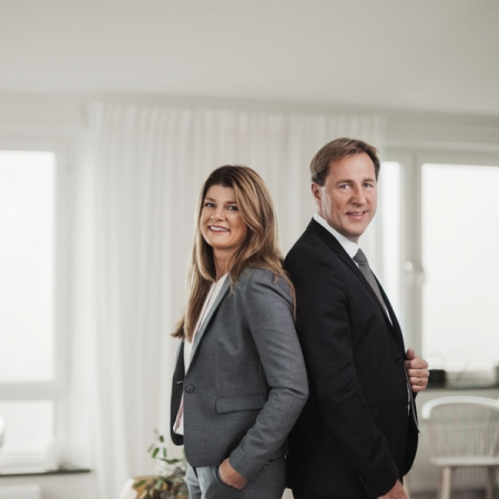 Porträttfotografering av företagsledare i Linköping ute på plats i ljust rum med blixt och naturligt ljus.Fotograferat av Satu KnapeFotograf i Linköping