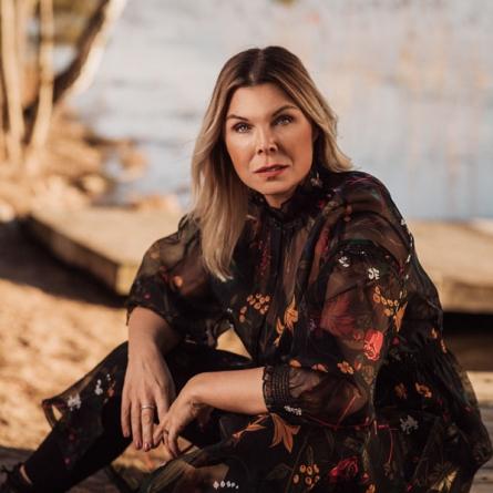 Porträttfotografering kvinna utomhus en vacker vårdag i starkt ljus. Fotograferad av Satu Knape Fotograf i Linköping