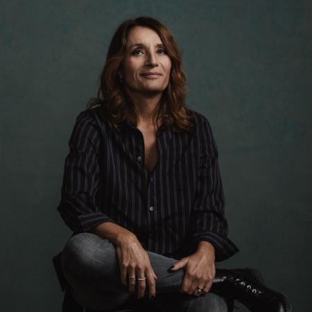 Porträtt av kvinna fotograferad i studio. Fotograferad av Satu Knape som är fotograf i Linköping