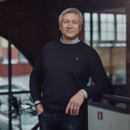 Porträtt av man ute på företag i norrköping. Halvkroppsporträtt med blixtljus av Satu Knape Fotograf i Linköping